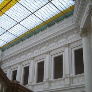 Zdobienie ścian i szklany sufit wewnątrz budynku