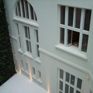 Budynek widziany z zewnątrz z otwartym oknem