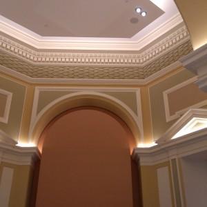 Elewacja wewnętrzna budynku z oświetleniem naściennym