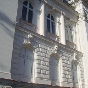 Elewacja zewnętrzna budynku z oknami i kolumnami