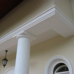 Elewacja zewnętrzna z kolumną, lampami i uchylonym okienkiem