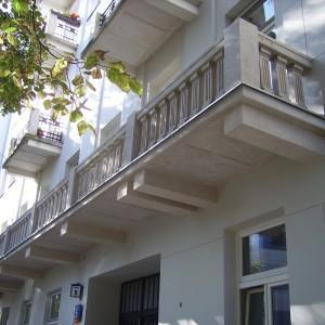 Elewacja zewnętrzna budynku z łączonymi balkonami na jednej kondygnacji 1
