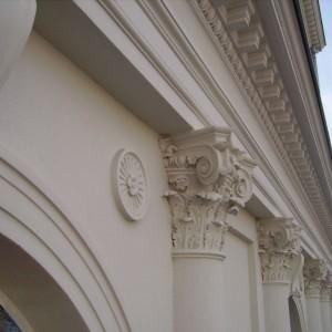 Górne zdobienia kolumn w Hotelu Saskim