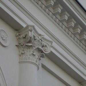 Górne zdobienie kolumny wraz z detalami w Hotelu Saskim