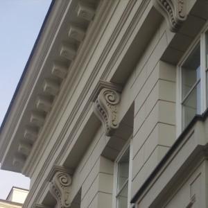 Detale elewacji zewnętrznej nad oknami