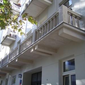Elewacja zewnętrzna budynku z łączonymi balkonami na jednej kondygnacji 2